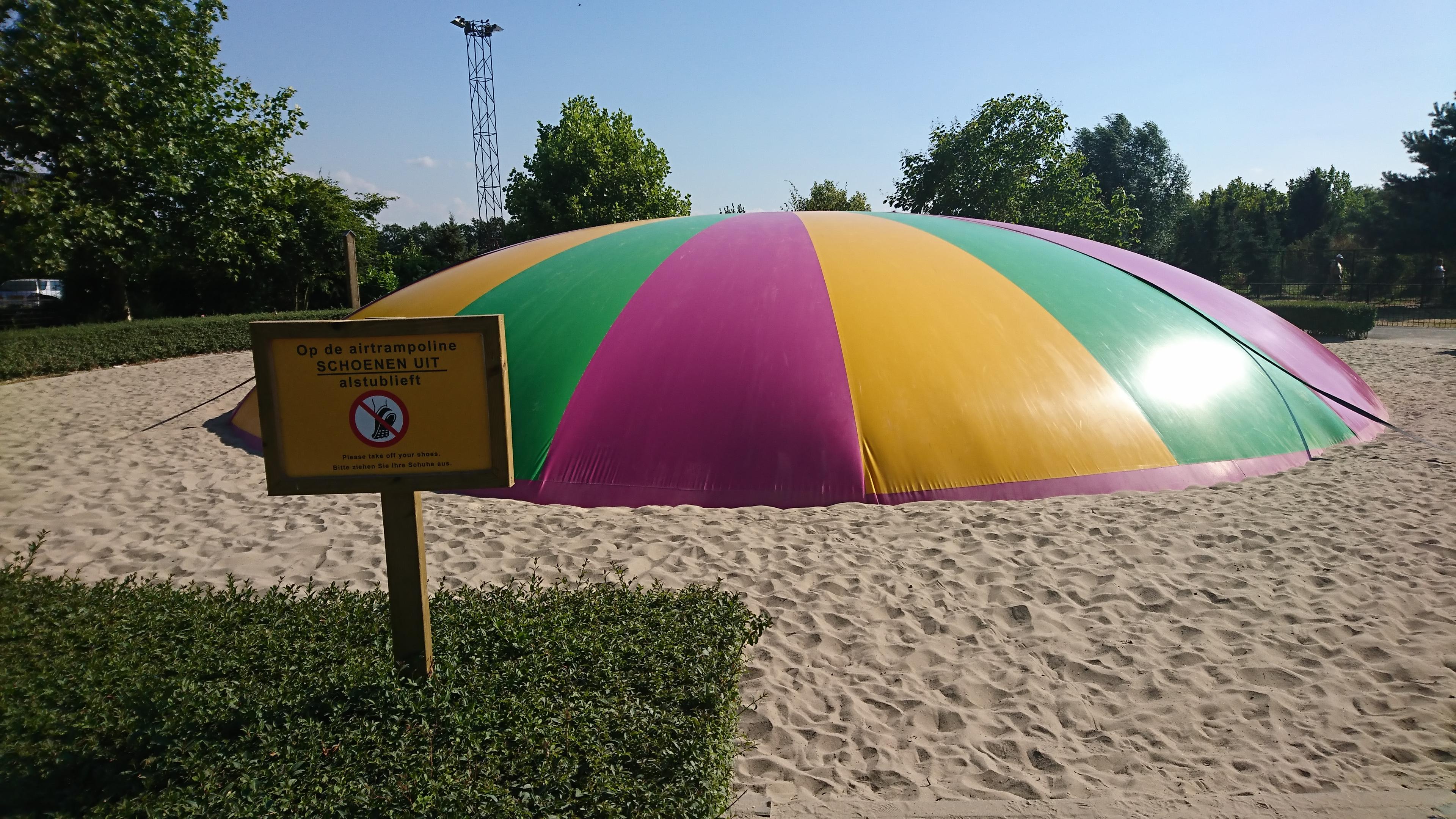 Trampoline gevuld met lucht bij Pukkemuk